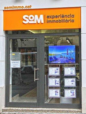 2disseny branding immobiliaria estudi - Aplicación de Branding en oficinas inmobiliarias